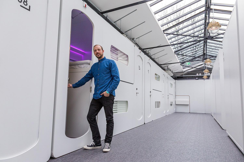 Sem Schuurkes (32), mede-oprichter van CityHub in Amsterdam. 'Onze doelgroep wil zijn waar 'het' gebeurt. Wij geven ze insider tips en de mogelijkheid om die te delen.'