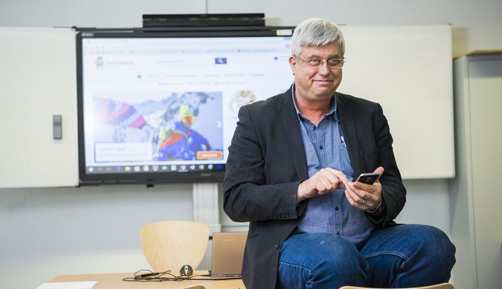 Willem van Dinther gebruikt zijn smarthpone in zijn onderwijs